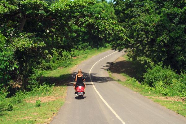 Voyageuse sur un scooter à Lombok, photo © Takabisha via Shutterstock